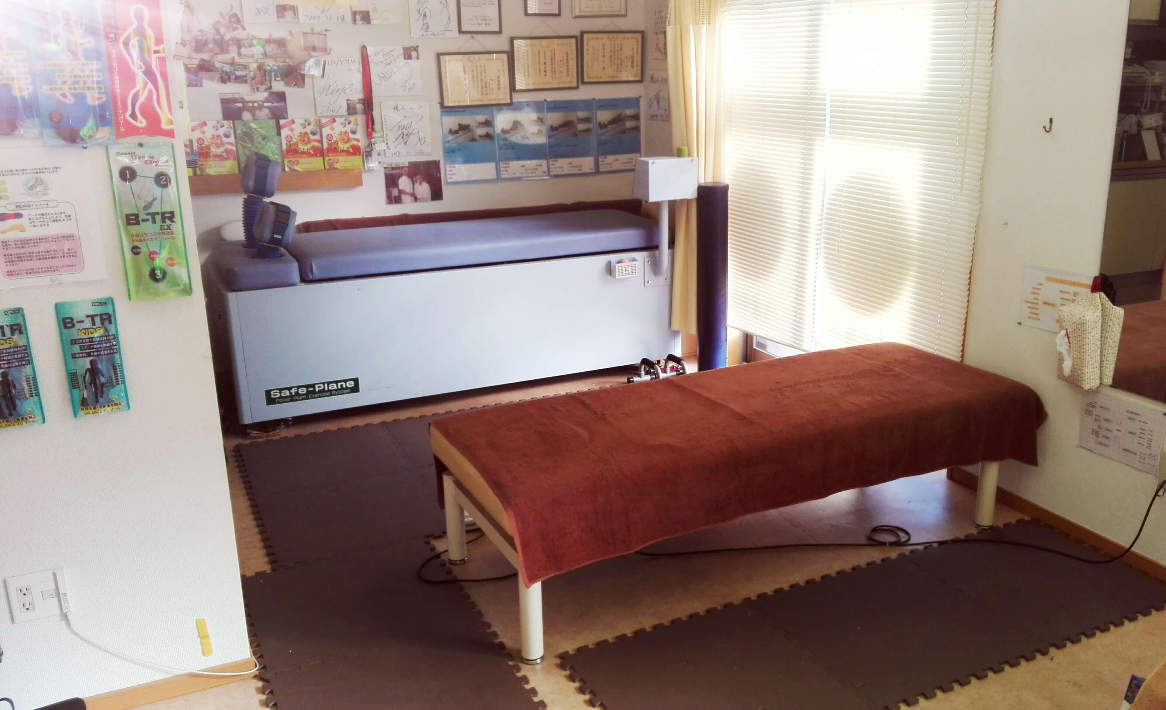 リラックスして施術が受けられる施術台があります