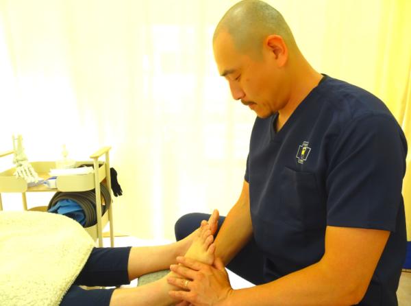 川崎市中原区武蔵小杉の足の治療家バイタルあきやま治療風景❶
